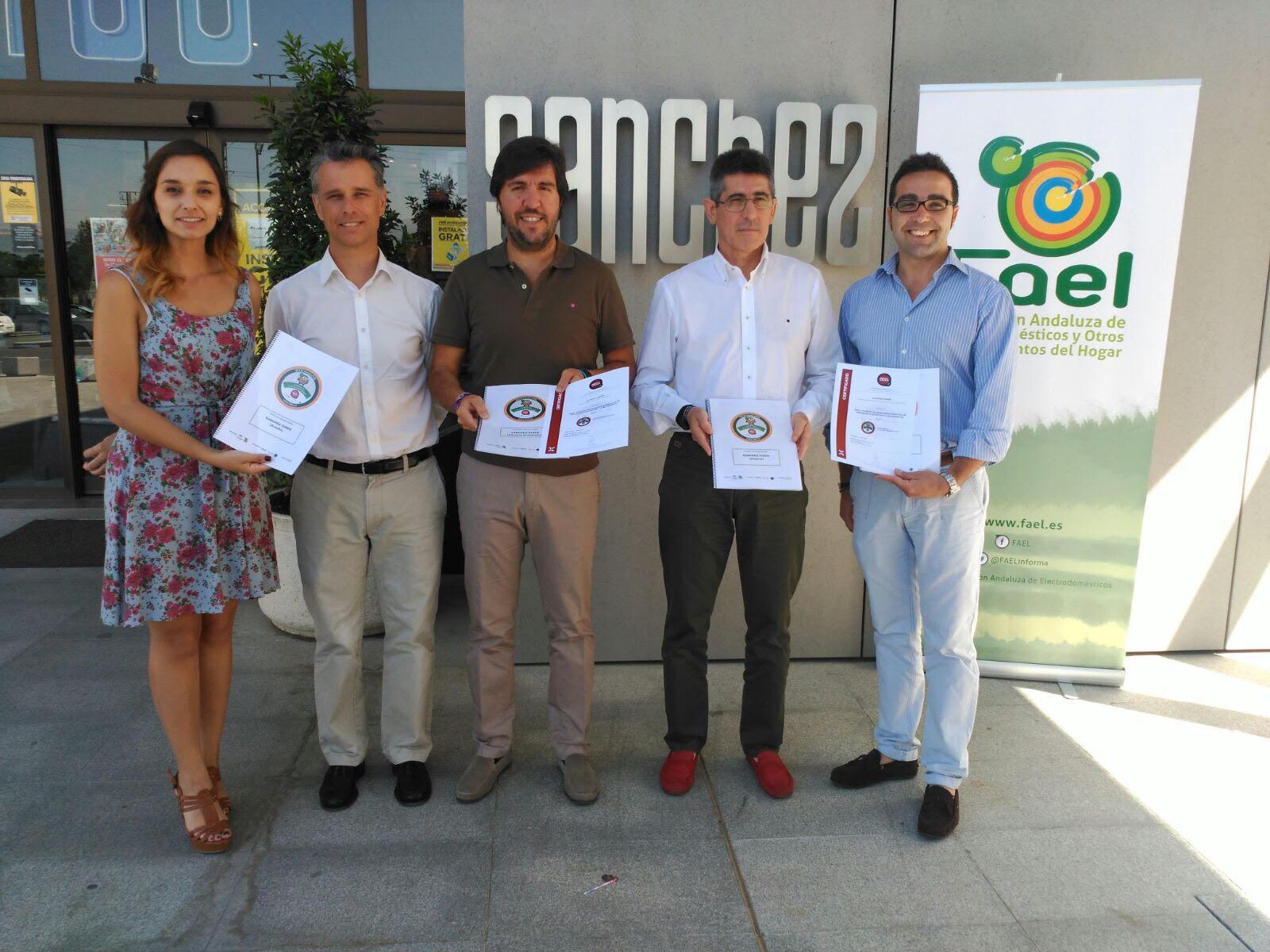 """FAEL realiza la entrega de certificados #ECO-tiendasFAEL """"COMERCIO ECO-RESPONSABLE"""" a las tiendas de SÁNCHEZ GINER"""